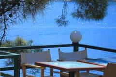 Tableau dans le café sur la mer Photos libres de droits