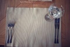 Tableau dans le restaurant avec l'utlery de  de Ñ Images stock