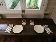 Tableau dans le restaurant pour dater et instant spécial avec l'ami, la famille, l'amant, les couples, le compagnon, le mari, l'a Image libre de droits