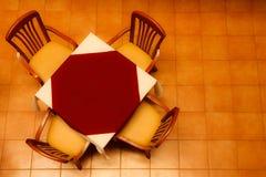 Tableau dans le restaurant, pris de courbe Photos stock