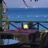 Tableau dans un café par la mer Images libres de droits