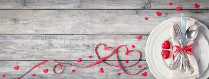 Tableau de établissement romantique - argenterie de cru avec le ruban et la serviette de chocolats de plat photo libre de droits