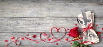 Tableau de établissement romantique - argenterie de cru avec le ruban de serviette photo libre de droits