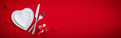 Tableau de établissement romantique - couverts et plats photo stock