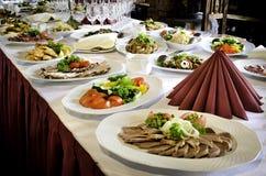 Tableau de banquet avec beaucoup de nourriture Photographie stock libre de droits