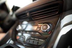 Tableau de bord de climatisation à l'intérieur d'une voiture Image libre de droits