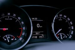 tableau de bord dans la voiture moderne images stock