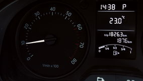 Tableau de bord de voiture, T/MN, accélération à grande vitesse banque de vidéos
