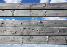 Tableau de bord des planches usées avec les agrafes rouillées Photos stock