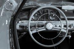 Tableau de bord en bois de volant et de cuir d'une voiture de vintage Photos libres de droits