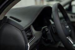 Tableau de bord moderne de cuir de voiture Photographie stock