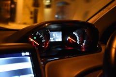 Tableau de bord de voiture la nuit image stock