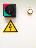Tableau de commande à haute tension électrique avec le symbole à haute tension, s Photo libre de droits