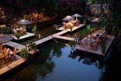 Tableau de dîner de nuit sur le restaurant Turquie de rivière Photographie stock libre de droits