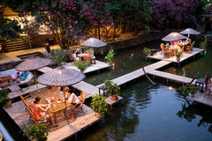 Tableau de dîner de nuit sur le restaurant Turquie de rivière Photo stock