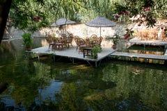 Tableau de dîner sur le restaurant Turquie de rivière Photo stock