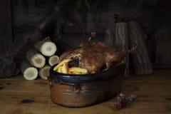 Tableau de Duck Roast At The Wooden de Noël avec les rondins et le pin en bois images libres de droits