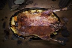 Tableau de Duck Roast At The Wooden de Noël avec les rondins et le pin en bois photo stock