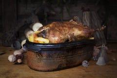 Tableau de Duck Roast At The Wooden de Noël avec les rondins et le pin en bois photos libres de droits
