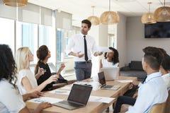 Tableau de Leads Meeting Around d'homme d'affaires tiré par la porte image stock