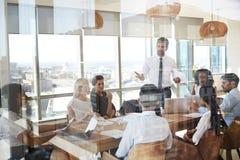 Tableau de Leads Meeting Around d'homme d'affaires tiré par la porte image libre de droits