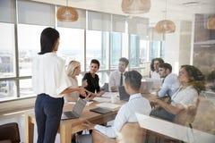 Tableau de Leads Meeting Around de femme d'affaires tiré par la porte photographie stock libre de droits