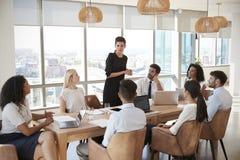 Tableau de Leads Meeting Around de femme d'affaires tiré par la porte images stock