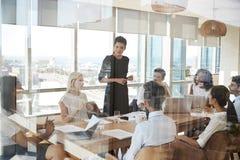 Tableau de Leads Meeting Around de femme d'affaires tiré par la porte image libre de droits