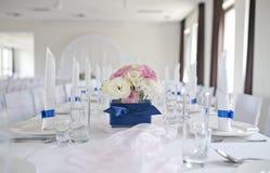 Tableau de mariage avec le bouquet des fleurs Photos stock