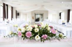 Tableau de mariage avec le bouquet des fleurs Images libres de droits