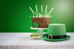 Tableau de partie de jour de St Patricks avec le gâteau de chocolat Photos libres de droits