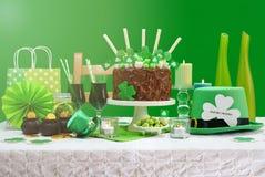 Tableau de partie de jour de St Patricks avec le gâteau de chocolat Image stock