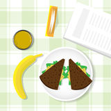 Tableau de petit déjeuner, sandwich, banane, verre avec Juice Top View Photo libre de droits