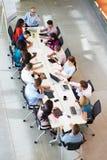 Tableau de salle de réunion d'Addressing Meeting Around d'homme d'affaires images stock