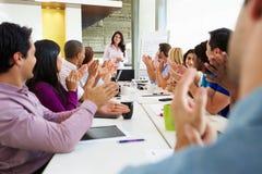 Tableau de salle de réunion d'Addressing Meeting Around de femme d'affaires image libre de droits