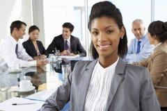 Tableau de Sitting Around Boardroom de femme d'affaires avec des collègues photo libre de droits
