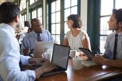 Tableau de Team Having Informal Meeting Around d'affaires dans le caf? photos libres de droits