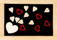 Tableau de vintage de cadre en bois avec des symboles rouges de forme de coeur Images stock
