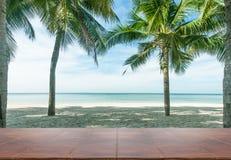 Tableau en bois vide sur le plancher de plage Photos libres de droits