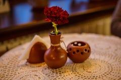 Tableau en café avec la fleur et la bougie Images stock