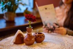 Tableau en café avec la fleur et la bougie Image libre de droits