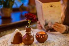 Tableau en café avec la fleur et la bougie Photos stock