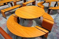 Tableau et café extérieur de chaises Photographie stock libre de droits