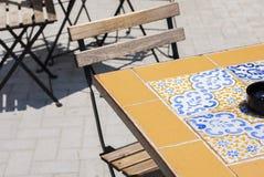 Tableau et chaise dans le café de rue à Syracuse, Sicile, Italie images libres de droits