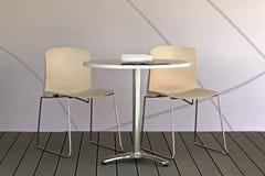 Tableau et chaises Photographie stock libre de droits