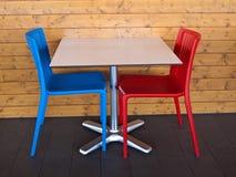 Tableau et chaises Photo stock