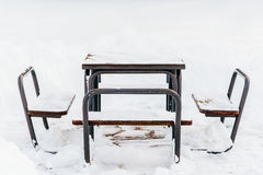 Tableau et chaises couverts dans la neige Photographie stock