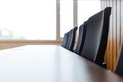 Tableau et chaises dans la pièce vide de conférence d'affaires image libre de droits