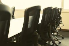 Tableau et chaises dans la pièce vide de conférence d'affaires photographie stock