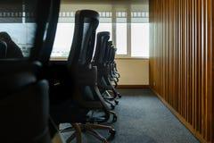 Tableau et chaises dans la pièce vide de conférence d'affaires image stock